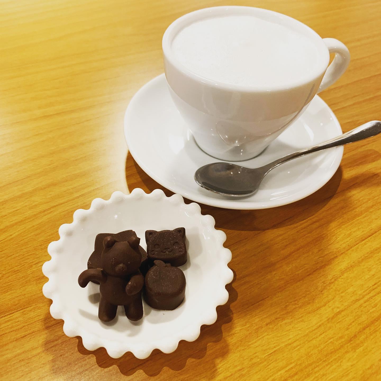 くまな日️こんにちはFIKACOFFEEエリカです!今日は日曜日なので18時クローズでございます️くまチョコミルクはくまを寝せるように入れてあげるとシャッターチャンスあります📸FIKA COFFEE(フィーカ コーヒー)福岡県福岡市博多区下川端町3-1 博多リバレイン1FTEL0922926601営業時間→平日9:00〜20:00  土日祝9:00〜18:00店休日→不定休(早く閉めたり休んだりすることもあります。お許しください)#cafe#coffee#fika#fikacoffee#福岡#福岡グルメ#福岡カフェ#博多#博多カフェ#中洲#博多座#福岡アジア美術館#クッキー#cookie#くまチョコミルク#ランチ#ティラミス#フレンチトースト#ummp#うむぷ
