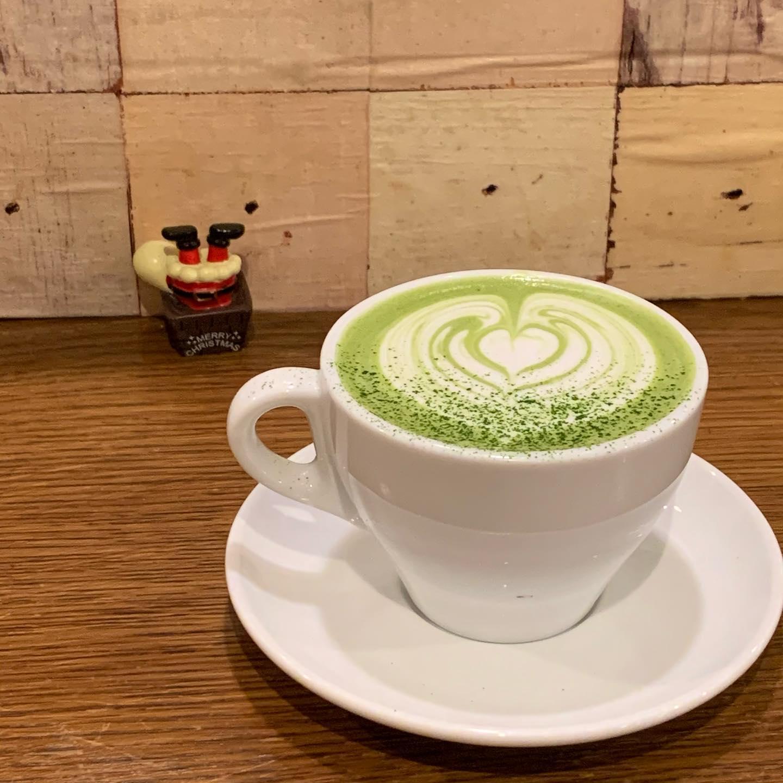 抹茶ラテ♡こんにちはFIKACOFFEEエリカです抹茶ラテは八女の星野製茶園さんの抹茶を使用してます香り豊かで綺麗な緑色クリスマスイブだーーーFIKA COFFEE(フィーカ コーヒー)福岡県福岡市博多区下川端町3-1 博多リバレイン1FTEL0922926601営業時間→平日9:00〜20:00  土日祝9:00〜18:00店休日→不定休(早く閉めたり休んだりすることもあります。お許しください)#cafe#coffee#fika#fikacoffee#福岡#福岡グルメ#福岡カフェ#博多#博多カフェ#中洲#博多座#福岡アジア美術館#クッキー#福岡クッキー#cookie#くまチョコミルク#ランチ#ティラミス#フレンチトースト#ummp#うむぷ#あふれる想い