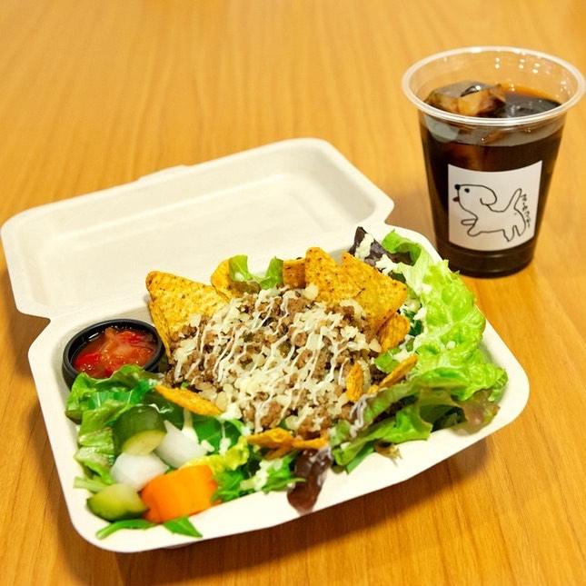 タコライスセット今日もあるよん♡こんにちはFIKA COFFEEエリカです!雨ですー☂️なんか憂鬱になっちゃうけどこんなときはお腹いっぱい食べよ緊急事態宣言中で店内営業お休みしてますが、テイクアウトはやってますよーただ今平日は18:30までのテイクアウト営業なりー^ - ^FIKA COFFEE(フィーカ コーヒー)福岡県福岡市博多区下川端町3-1 博多リバレイン1FTEL0922926601営業時間→平日9:00〜20:00  土日祝9:00〜18:00店休日→不定休(早く閉めたり休んだりすることもあります)#福岡グルメ#福岡カフェ#博多#博多カフェ#中洲#博多座#福岡アジア美術館#クッキー#福岡クッキー#cookie#くまチョコミルク#ランチ#ティラミス#フレンチトースト#ummp#うむぷ#赤毛のマチコ#たま乗りジョニーのコーヒーゼリー#コーヒーゼリー#テイクアウト