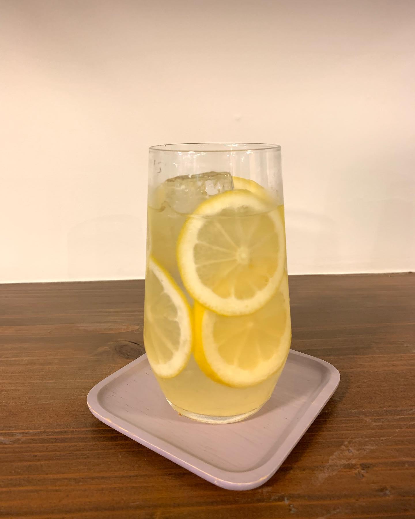 レモネードハイボール🍋こんにちは^_^FIKACOFFEEエリカです!今日のパスタランチのメニュー変更大変失礼しましたまさかまさかの納品遅れて急にすみませんでした明日こそ明太クリームパスタです今日は自家製レモンシロップを使った、レモネードハイボールちびちび飲みましょーFIKA COFFEE(フィーカ コーヒー)福岡県福岡市博多区下川端町3-1 博多リバレイン1FTEL0922926601通常営業時間→平日9:00〜20:00  土日祝9:00〜18:00店休日→不定休(早く閉めたり休んだりすることもあります)10月1日より店内営業再開です!アルコールもご提供再開です!!新型コロナウイルス感染防止対策も徹底致しますので、ご協力お願いします!#カフェ #カフェ巡り #コーヒー #coffee#クッキー #cookies #焼き菓子 #ケーキ #チーズケーキ #福岡 #福岡カフェ #博多 #中洲 #博多リバレイン #博多座#くま #犬 #猫 #fikacoffee #fika #自家焙煎珈琲 #くまチョコミルク #うむぷ #赤毛のマチコ #マルオ #スイーツ #チョコ #コーヒーゼリー