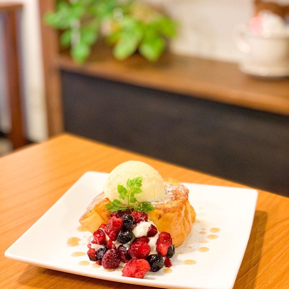 フレンチトーストは14:00から(//∇//)おはようございますFIKACOFFEEエリカですフレンチトーストは14:00からのご提供です♪ミックスベリー(画像)と黒蜜きな粉の2種類ありますどっちが好きかなーー??FIKA COFFEE(フィーカ コーヒー)福岡県福岡市博多区下川端町3-1 博多リバレイン1FTEL0922926601通常営業時間→平日9:00〜20:00  土日祝9:00〜18:00店休日→不定休(早く閉めたり休んだりすることもあります)10月1日より店内営業再開です!アルコールもご提供再開です!!新型コロナウイルス感染防止対策も徹底致しますので、ご協力お願いします!#カフェ #カフェ巡り #コーヒー #coffee#クッキー #cookies #焼き菓子 #ケーキ #チーズケーキ #福岡 #福岡カフェ #博多 #中洲 #博多リバレイン #博多座#くま #犬 #猫 #fikacoffee #fika #自家焙煎珈琲 #くまチョコミルク #うむぷ #赤毛のマチコ #マルオ #スイーツ #チョコ #コーヒーゼリー